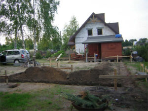 tyczenia i wykopy pod fundamenty na placu budowy